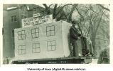 Mecca Day parade float mocking Commerce Bank, The University of Iowa, 1920s