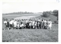 Maquoketa 6th grade students on Harold Wilius farm, 1964