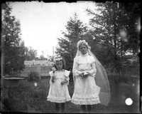 UP426 Two girls in white dresses with rosaries
